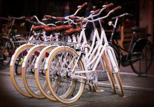 Utilizar la bicileta para moverse por la ciudad es una manera excelente de mantenerse activo.