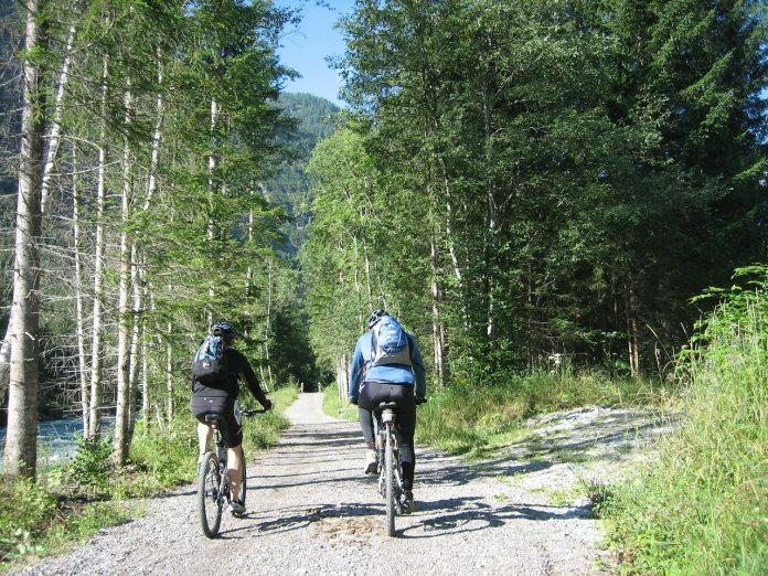 Paseo en bicleta por la naturaleza