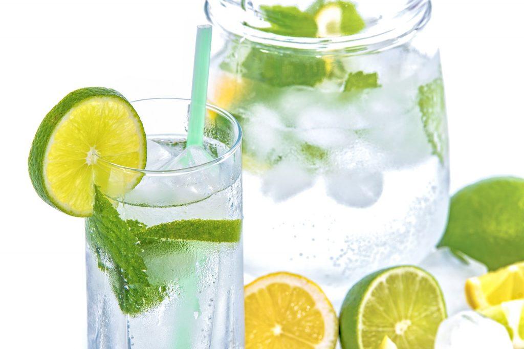Hay diferentes de hidratarse en verano y una buena opción es agua con limón.