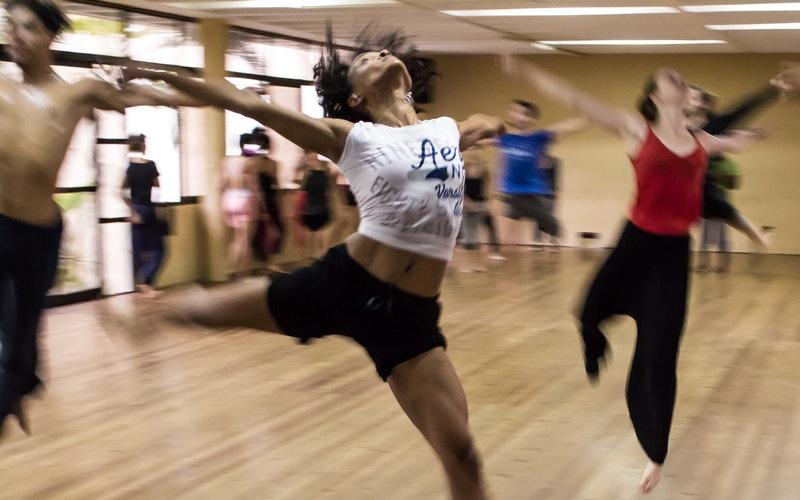 Personas bailando en clase