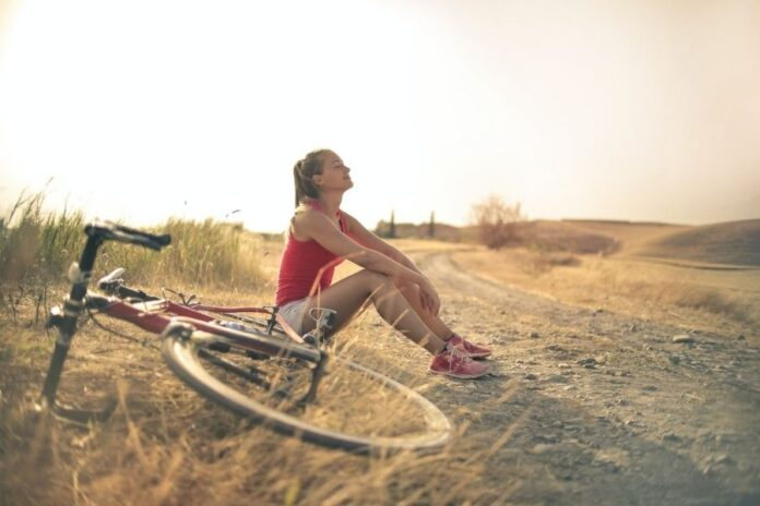 Mujer respirando después de montar en bicicleta