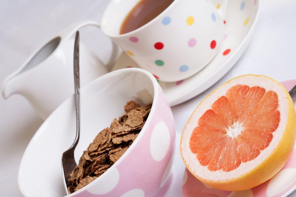 Un desayuno completo debe de incluir cereales, leche y fruta.