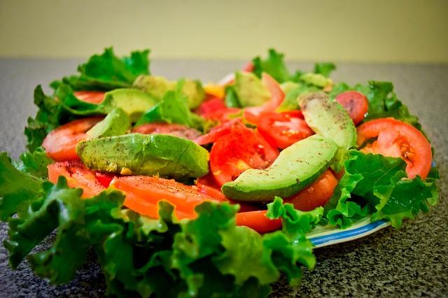 El aguacate puede consumirse de diferentes maneras, aunque la más común es en ensalada.
