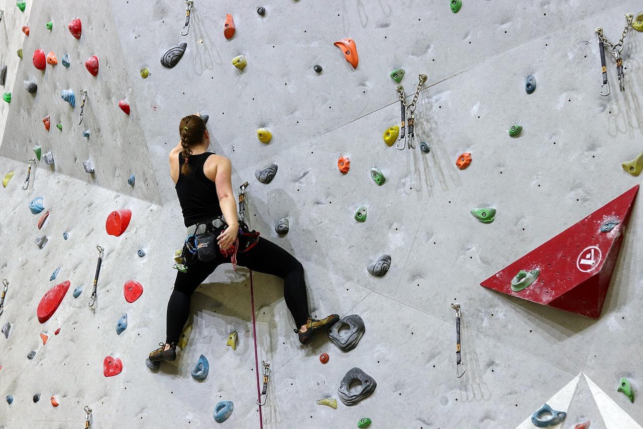 Persona escalando una pared
