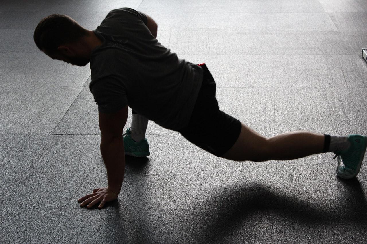 Se deben de realizar estiramientos antes y después del entreno