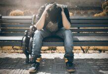Chico sentado en un banco