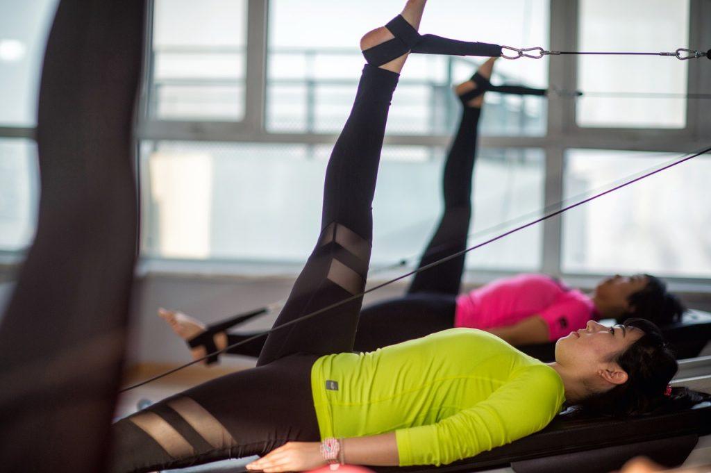 La practica deportiva en gimnasios permite realizar diferentes alternativas de ejercicios.