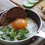 Huevos al horno con espárragos y pimientos
