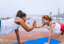 Dos mujeres haciendo ejercicio