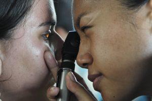 oftalmologo y su paciente