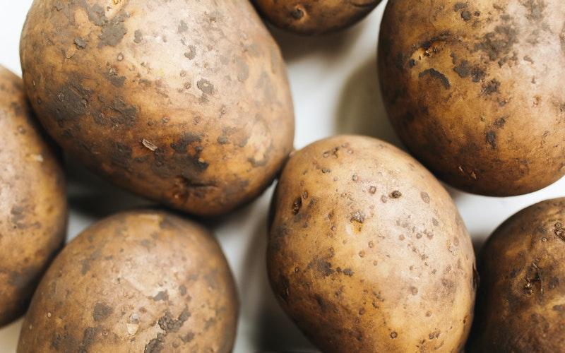 Patatas manchadas de tierra
