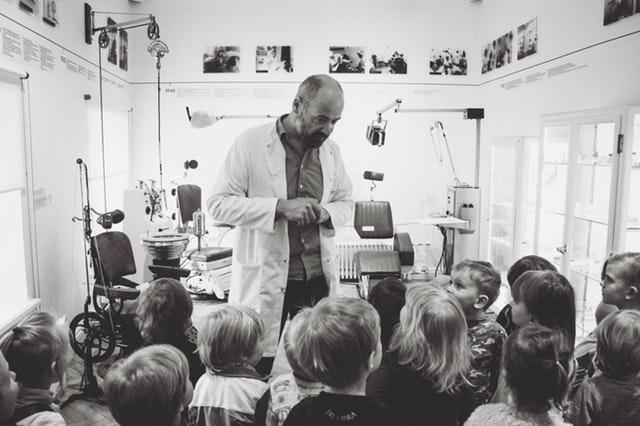 El profesor y los niños con diabetes
