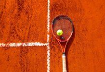 Raqueta de tenis y pista de tierra batida