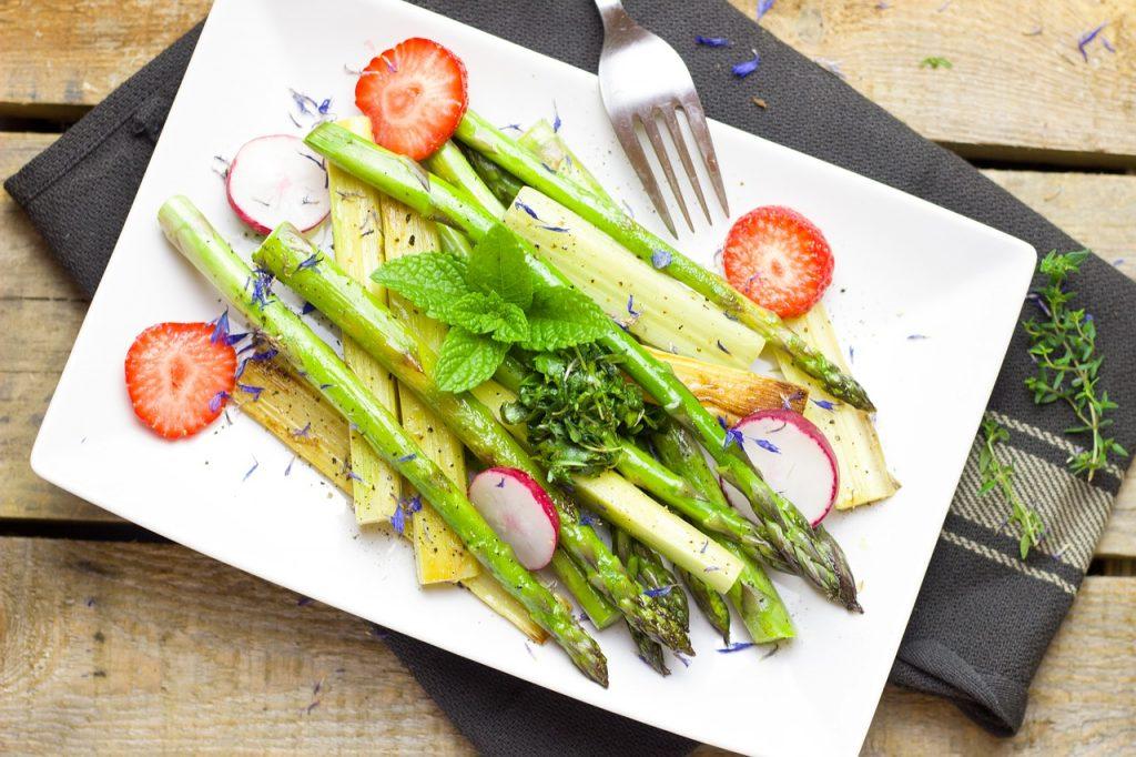 Las verduras y ensaladas es una excelente opción, ya que ayudan a saciar el apetito y son muy nutritivas